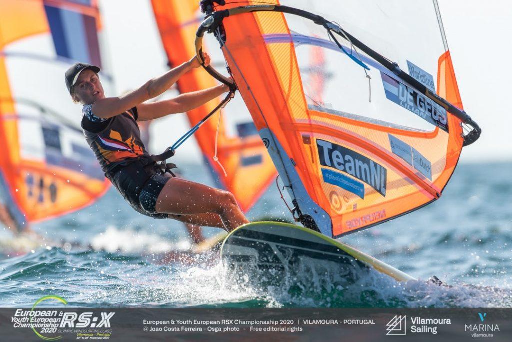 Veel wind en hoge golven op dag 2 EK RS:X windsurfen